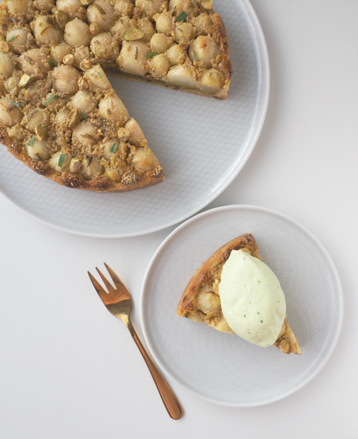 Pæretærte med pistaciefragipane og estragon og estragonis af Rebekka Mikkelsen Beksemad