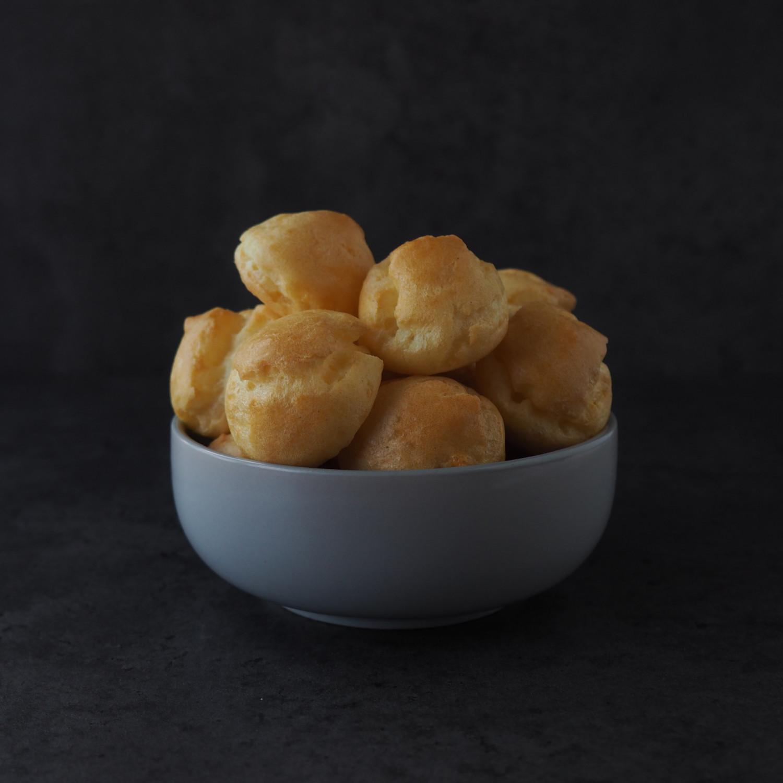 Gougères med flødeostecreme ala beksemad - salte ostevandbakkelser med cremet fyld
