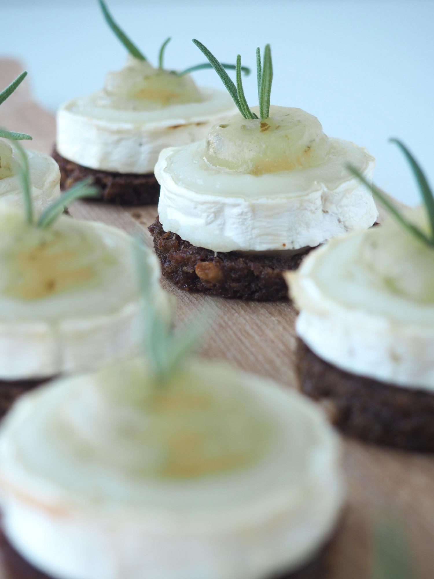 Små gedeostehapsere på smørristet rugbrød, gratineret gedeost og syrlig pære-rosmarinpure. Chèvre chaud hors d'oeuvre ala Beksemad