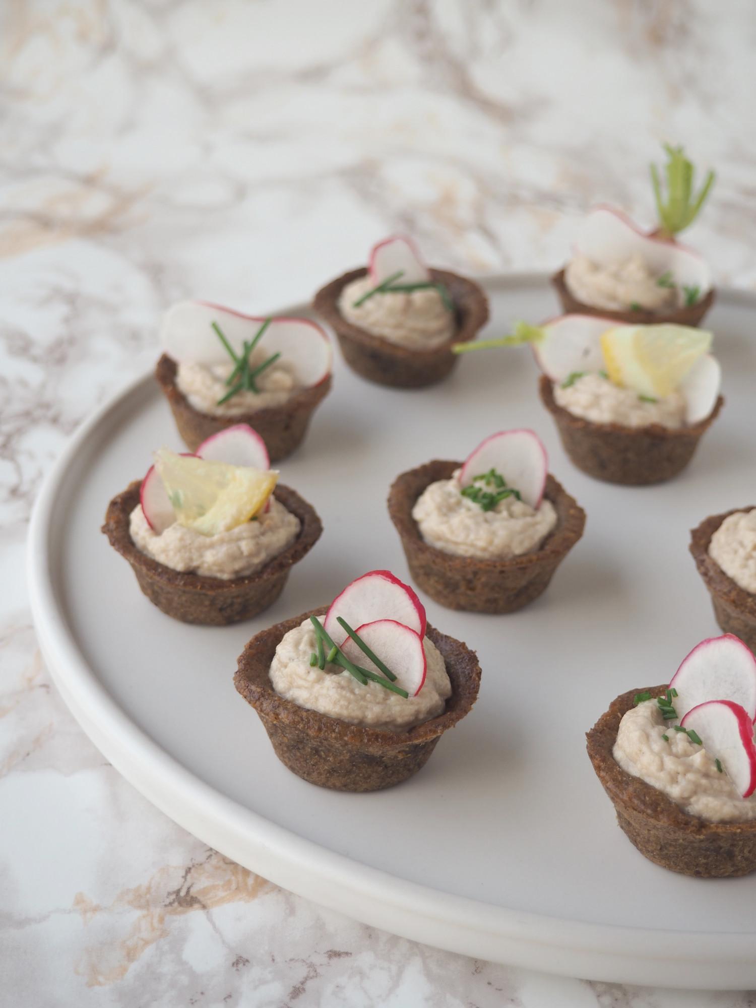 Rugbrødstarteletter med røget makrelmousse - snacks ala beksemad