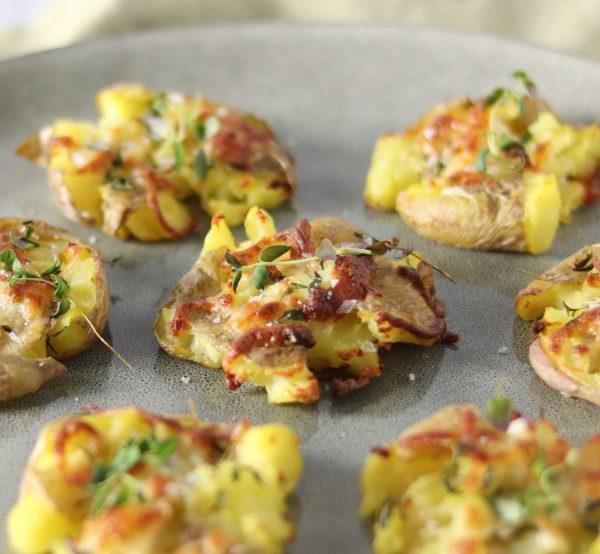 Knuste kartofler ala Beksemad - Knuste kartofler med smør, ost, timian og salt. Knuste kartofler gratineret i ovnen er lækkert tilbehør til bøf, fisk og kylling.