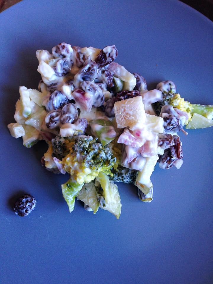 broccolisalat med æble/løg og bladselleri