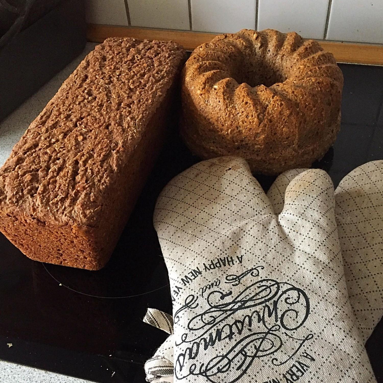 Veganske brød: Gramhamsbrød med lakrids og ciafrø & frø rugbrød