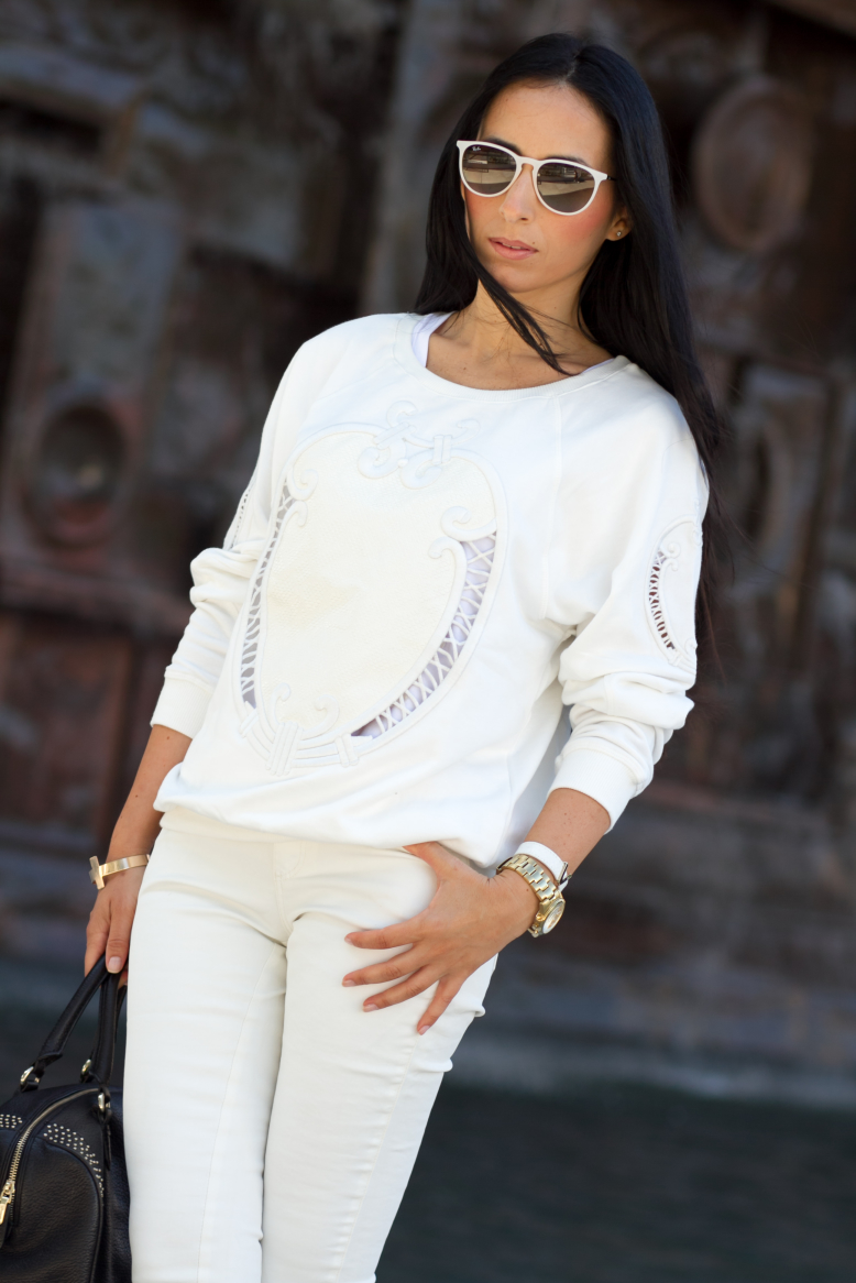red_IMG_9121_total-white-look-embroidered-sweatshirt-CHOIES-Belgium-outfit-Brussels