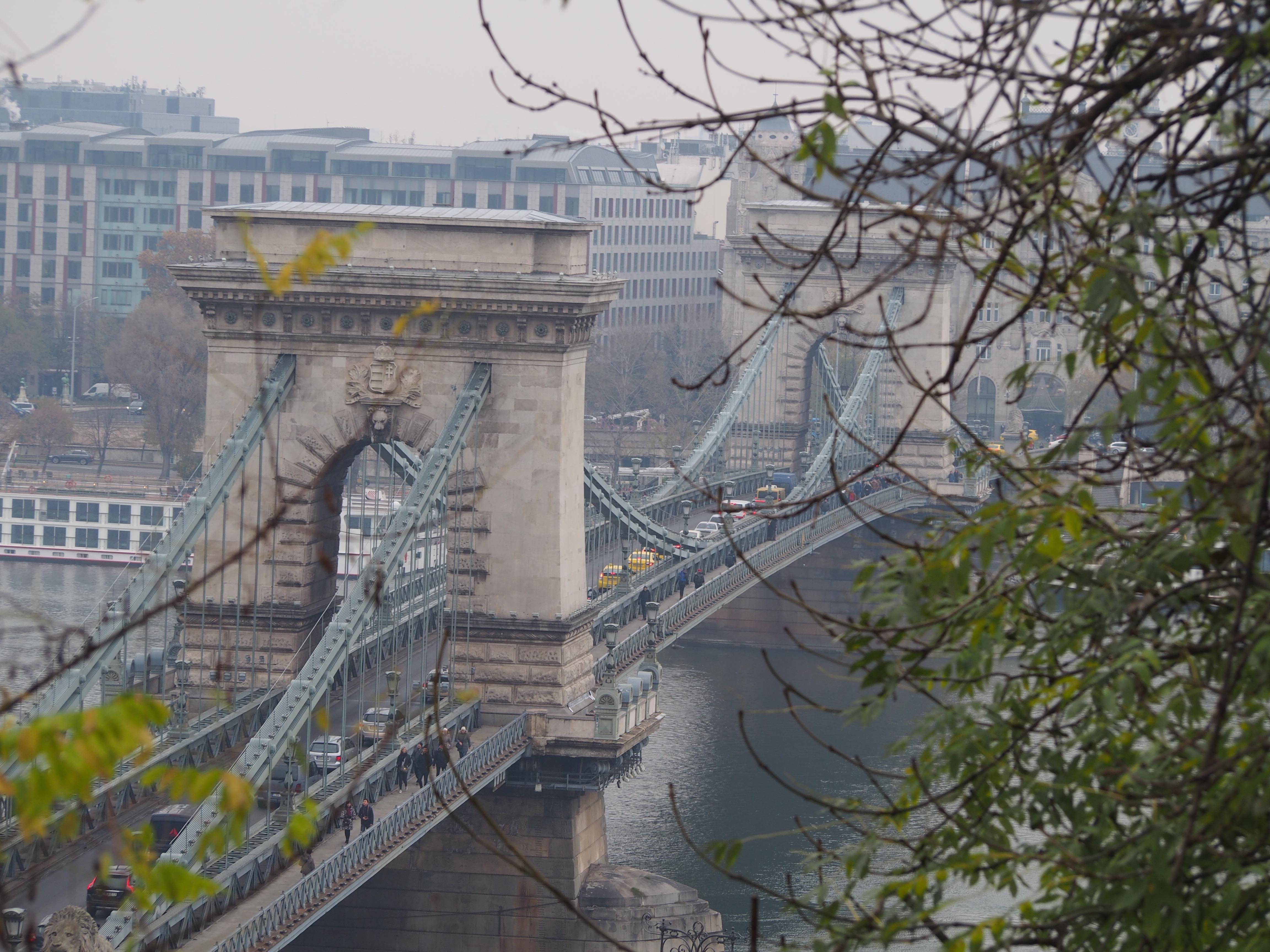 Kædebroen på vej ned ad bakken