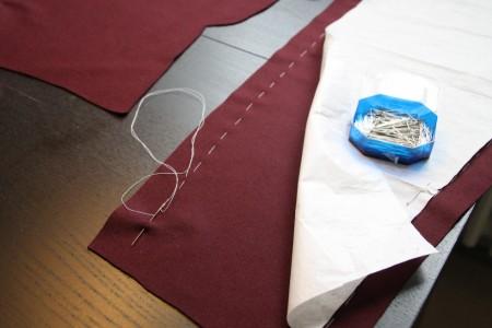 En vigtig del er riningen - her langs papiret. Mine knappenåle har en lidt blød spids, så de ikke ødelægger forstoffets (eller fx silkens) tætvævede tråde. Mht. til at sætte dem i uld, er nålespidsens form vist af mindre betydning ...
