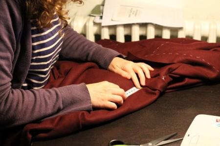 Her er jeg ved at måle afstanden fra taljebåndet og ned til, hvor den øverste del af lommen skal sættes fast.
