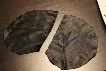 Lommeposen er klippet ud i forstof og riet rundt langs kanten.