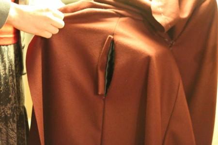 Den - næsten - færdige lomme. Jeg mangler lige i hånden at sy siderne af det aflange uldstykke fat til selve nederdelen.
