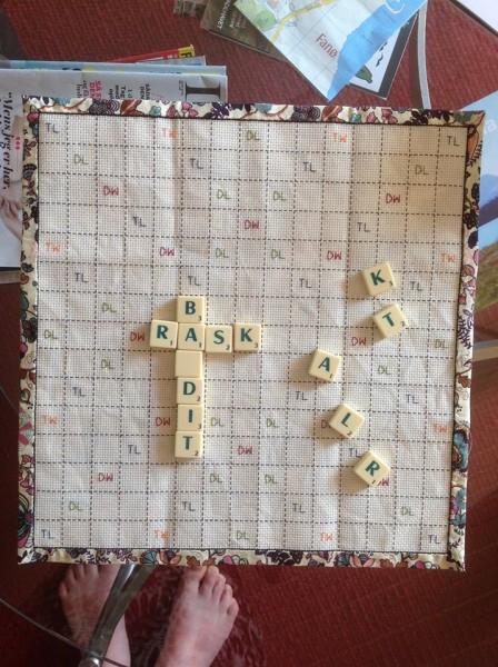 Et styks Scrabble-bræt. Som man kan se, passer 11 små tern til en briks størrelse. Bagbeklædningen er bøjet omkring siderne, så de kommer op på forsiden. Hermed skal man blot hæfte stoffet langs den yderste linje hele vejen rundt.
