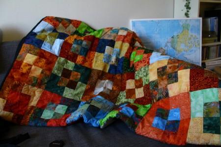 Mit farverige tæppe giver en masse liv til rummet, og det er altid en fornøjelse at slå det ud - man er da lidt imponeret over det store arbejde ...