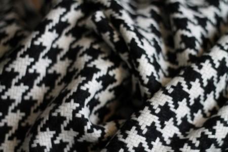 """Det sort og hvid """"ternet"""" stof er købt i Stof&Stil og består af 50 % uld og 50 % viskose (og skal IKKE vaskes i vaskemaskinen - jeg taler af erfaring ...)."""