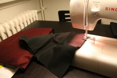 """Og SÅ skal symaskinen i gang. Her sys der langs den runde kant i den """"inderste tehætte""""."""
