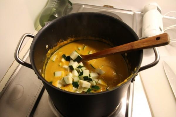 Suppen er blendes med en stavblender og squash tilføjes (skal ikke blendes).