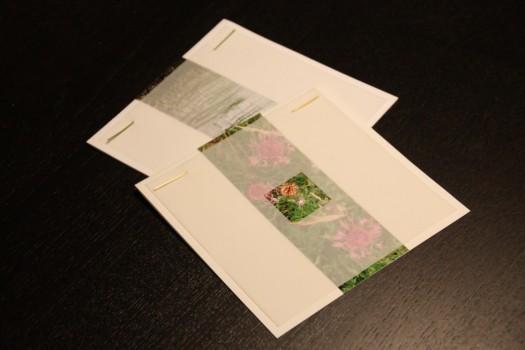 Her er der to eksempler på mine kvadratiske kort. Jeg har øverst valgt et blomstermotiv og i stedet for blomstertråd brugt tørret kornstrå (man skal være opmærksom på, at de nemt kan knække, så tør et par stykker). På det bageste kort er der et billede af siv i vandkanten.