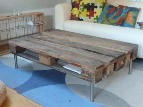 Mit store og meget ubehandlede og rustikke møbel i en ikke-passende stue.