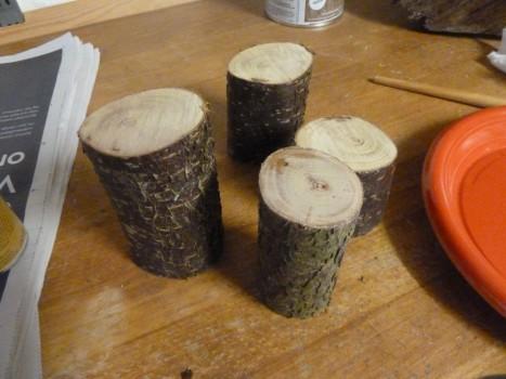 De helt rå stykker træ, som der ikke er gjort noget ved. Nu mangler de at blive pudset og få boret et hul i sig. Dette er et billede af mine, hvor man kan se forskellen på højden.