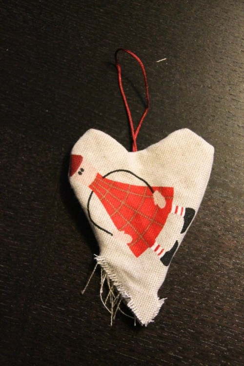 Nu er der blevet syet med symaskinen langs kanten (blot ikke de sidste 3-4 cm), og hjertet er blevet vendt. Nu skal der bare vat i og hullet skal lukkes til.