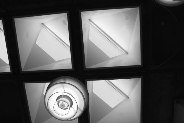 Et sjovt loftsvindue, der kan være lidt svært at gennemskue på dette 2D-foto (og var heller ikke helt nemt at skitsere i bogen). Men lys og skygger danner noget sjovt.