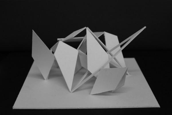 Mit bedste forslag til svar på opgaven. Den danner en masse rum, og fladerne bliver brudt af en enkelt luftig rombe.