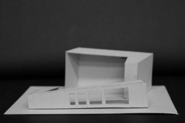 Et billede af den model, som jeg blev inspireret til efter at have lavet mine kasser på den forrige model. Vinduerne/Åbningerne i siderne er måske lidt for detaljeret, men skråningerne på figurerne er jeg godt tilfredse med. Langsomt vil der også blive skabt et rum i midten af modellen, hvor jeg valgte at arbejde videre med den.