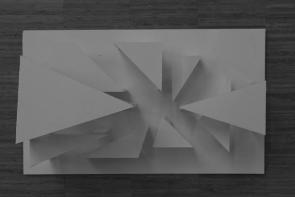 Min  model set fra oven. Som man kan se, så har jeg igen arbejdet med flere figurer i en model - og også trekantede. Denne gang ville jeg dog eksperimentere og gøre rummene mere åbne, hvilket dog endte ud i, at de blev FOR åbne, så der ikke blev noget spil i lyset - desværre.