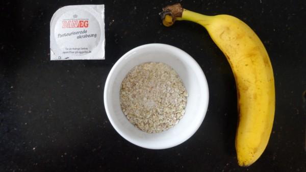 Et æg (vi havde kun pasteuriseret æggehvide, hvilket også gik godt til dejen - og jo faktisk er sundere pga. Alt proteinet, der sidder heri!), 20 g havregryn og en banan. Nemt!