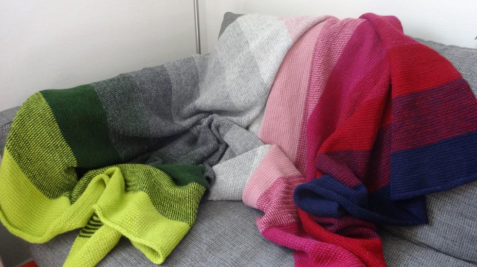 Og det passer bare perfekt til vores sofa (sammen med alle mine andre hjemmelavede puder og tæpper - som jeg selvfølgelig var nødt til at flytte ved dette photo shoot ...).