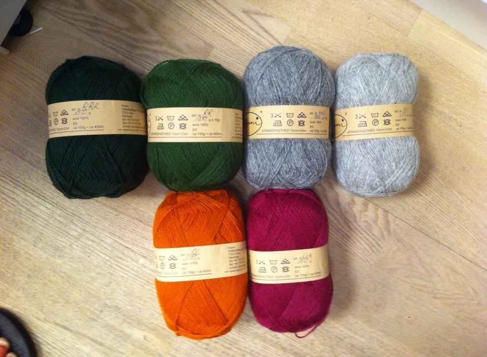 Som grundfarver bruger jeg de fire øverste, mens de to (faktisk tre) andre skal bruges til at spice tæppet op med.