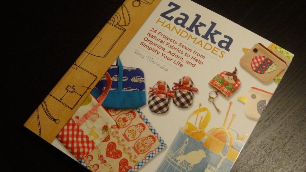 En af de to bøger med zakka-projekter. Det meste handler om stof, men med hækling knyttet ind over et par af projekterne.