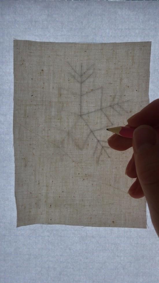Papir og stof er klistret op på vi desuden, og så skal der bare tegnes af med en tynd blyantsstreg.