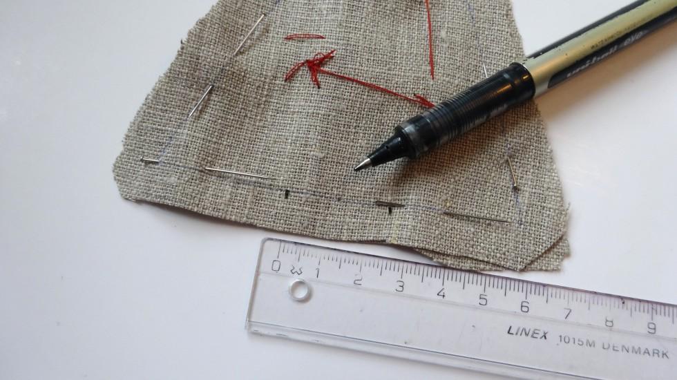 Herefter lægger man stofstykkerne ret mod ret og sætter det fast med knappenåle. På symaskinen syr man langs kanten. Husk at holde ca. 2,5 cm åbent i bunden (der, hvor min lineal ligger).