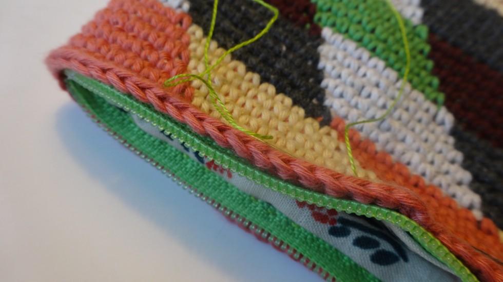 Farven på tråden skal passe med lynlåsens farve.