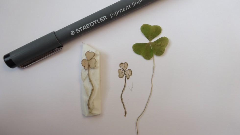 Her et andet stempel lavet ud fra en trekløver. En fin, tynd streg,får det til at se lidt mere elegant ud og vil fx passe fint til et kort.