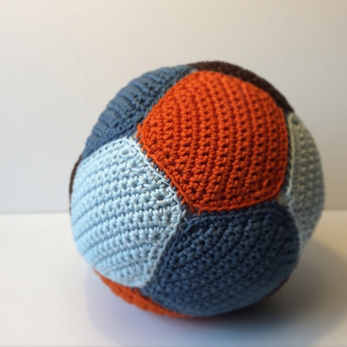 Et styks færdig bold i bomuld.