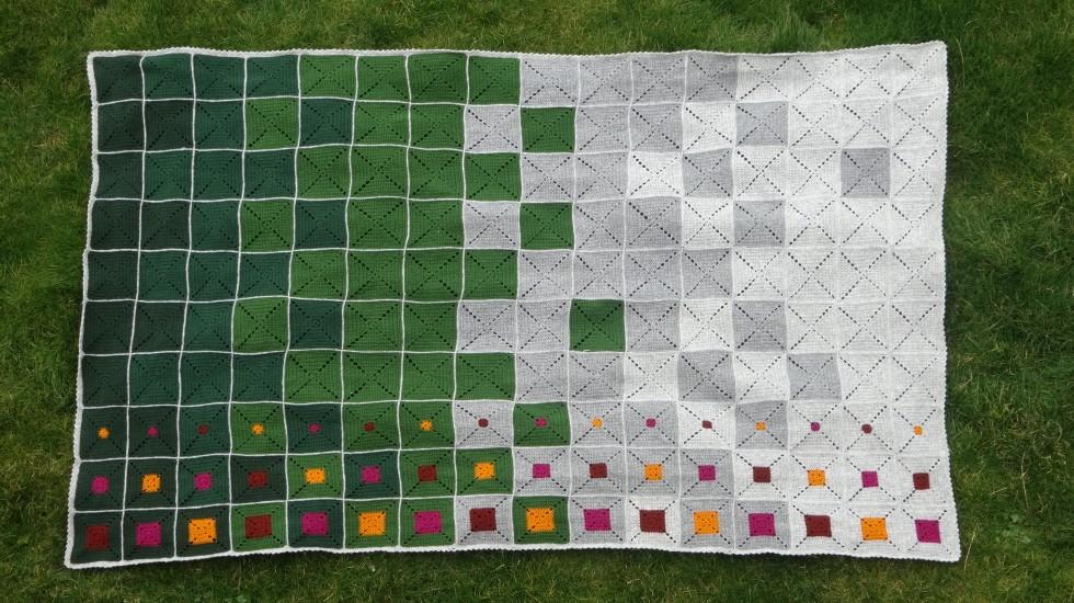 Et styks færdigt tæppe i naturens farver.