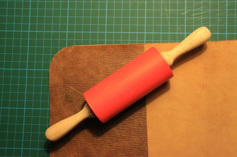 De to stykker læder er nu blevet limet sammen. For at være helt sikker på, at det holder, kan man til slut rulle hen over kanterne.