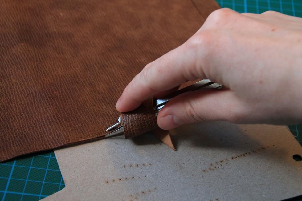 Det er ikke nok bare at lime de to læderdele sammen. Efterfølgende skal man sy dem sammen langs kanten. Her anbefales det, at man opmærker sømrummet med en stikpasser - eller lignende, afhængig af hvad man har liggende.
