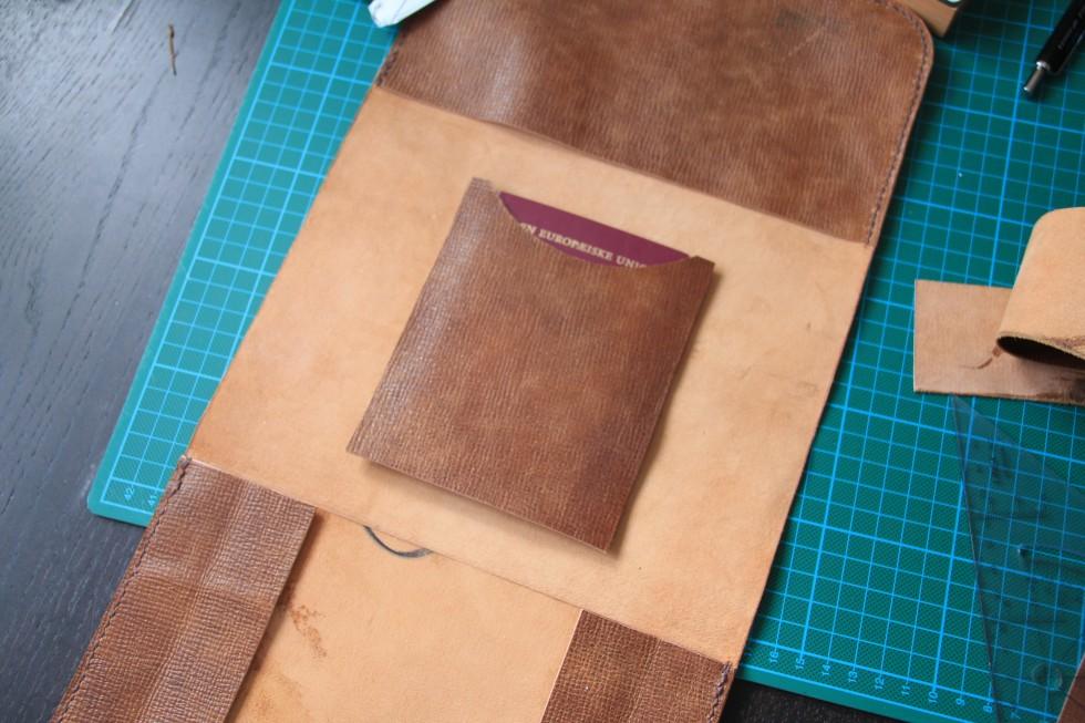 Indvendigt har jeg lavet en lomme til et pas. Det er et par cm bredere end passet, så der er plads til syningerne.