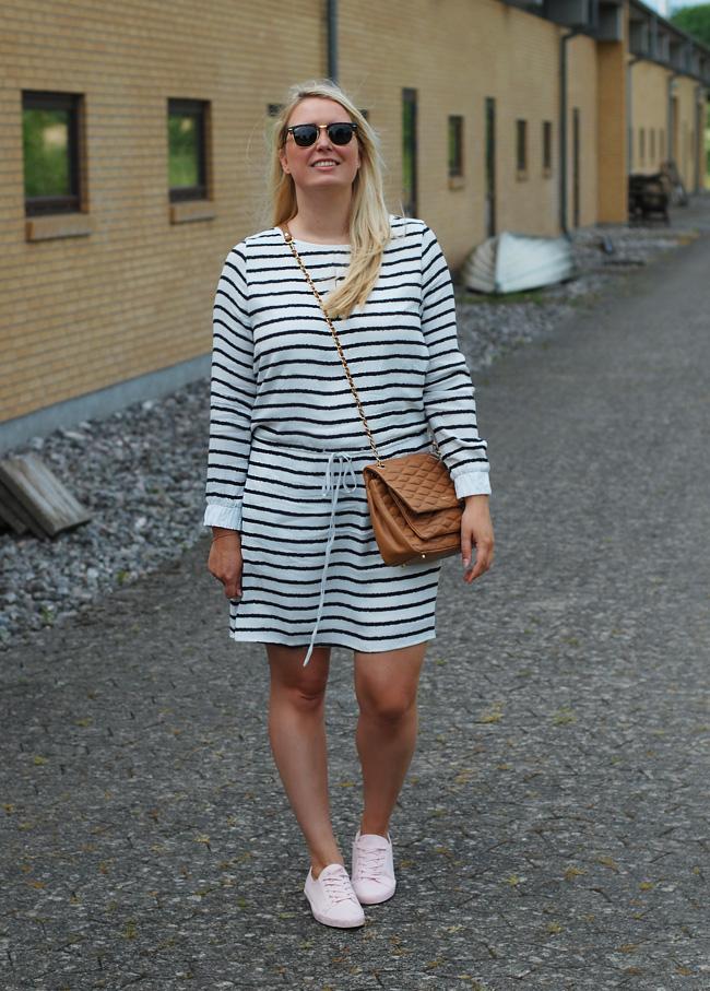 photo outfit-gestuz-blogger-missjeanett-stribet-kjole-dress-asos-trainers-morblogger-morblog-dkny-gansevoort-taske-bag-clubmaster_zpsyameo2np.jpg