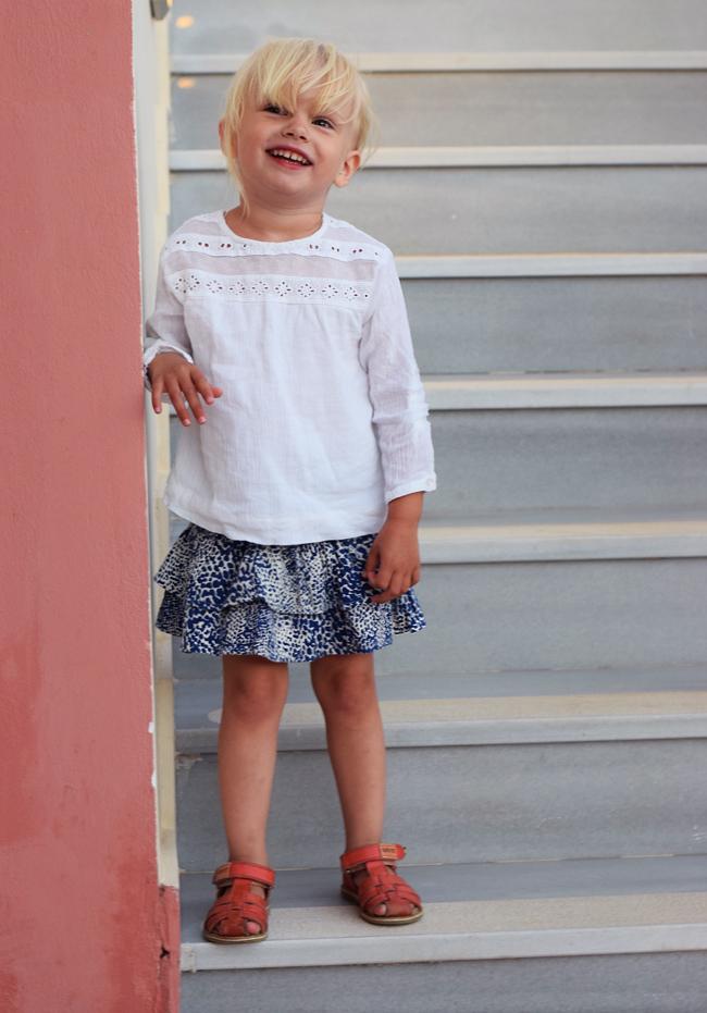 photo bella-zara-bluse-hvide-blonde-kids-missjeanett-morblogger-ferie-outfits-mini-a-ture-nederdel-skirt-print-ss16-kavat-sandaler_zpsvzcys7cf.jpg