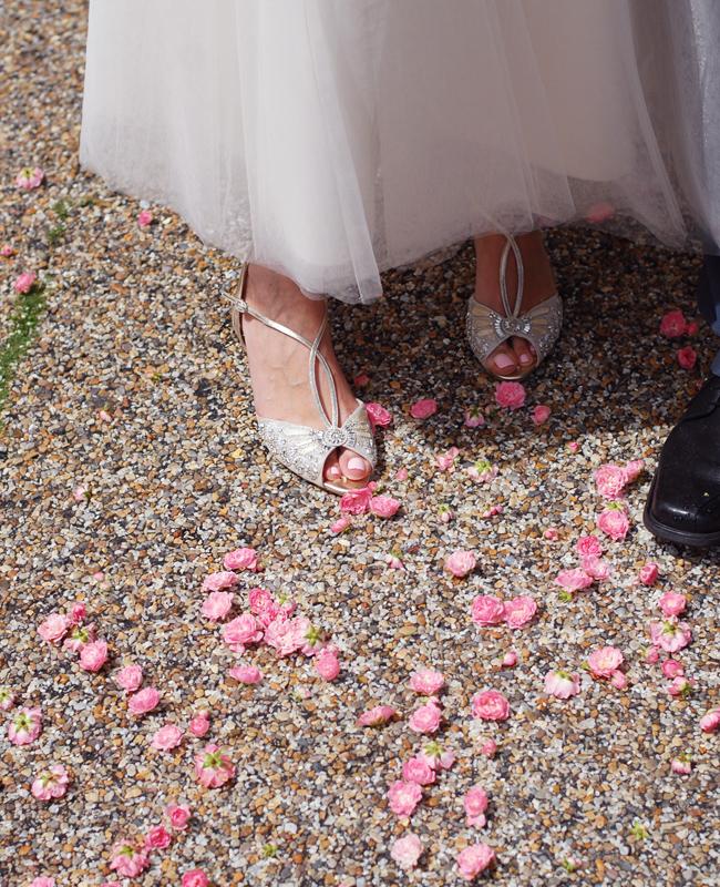 photo weekend-bryllup-kaste-med-roser-glitter-sko-bryllupsskp_zpsmmzavlhs.jpg