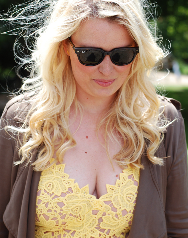 photo outfit-bryllup-missjeanett-gul-kjole-fra-hm-yellow-lace-dress-blogger-morblogger-debat-ray-ban-meteor-maria-black-earring-go_zps2jvsmgjb.jpg