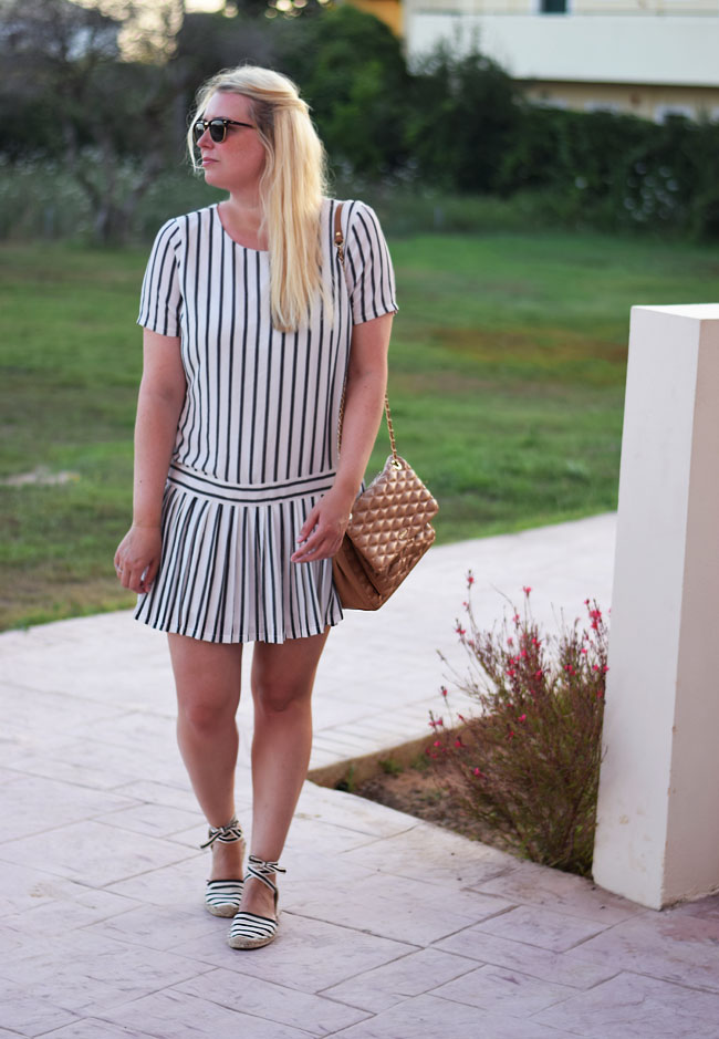 photo outfit-selected-femme-stribet-kjole-tennis-missjeanett-korfu-ferie-corfu-soludos-sandaler-dkny-gansevoort-taske-bag-brown-qu_zpscuj1jopm.jpg