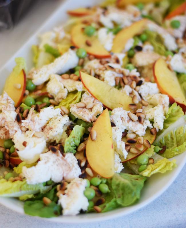 photo salat-sommersalat-med-pinjekerner-ristet-nektariner-friske-arter-romaine-salat-dressing-opskrift-til-grillmad-grill-missjean_zpsecf9usam.jpg