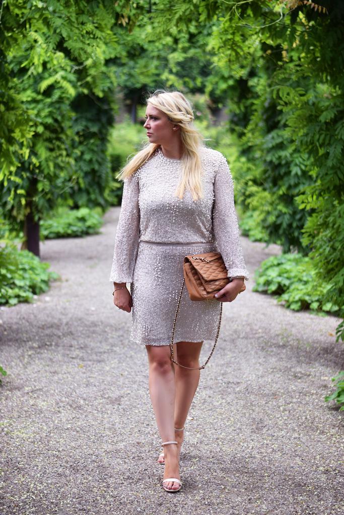 photo outfit-missjeanett-asos-tall-dress-kjole-med-perler-sosters-bryllup-frederiksberg-have-paradehuset-heels-dkny-gansevoort-bag_zpszmwjqxcp.jpg