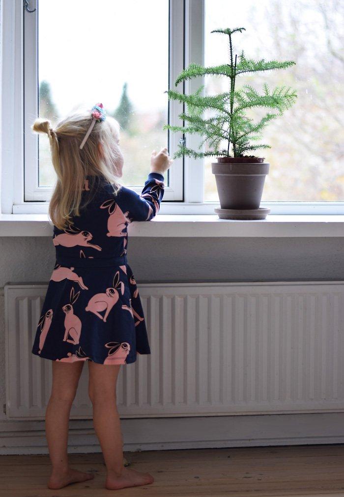 jul-hos-missjeanett-i-odense-mini-rodini-kaninkjole-bunny-dress-stuegran-plantorama-blogger