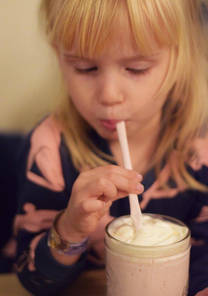 burger-anarchy-milkshake-med-jordbar-kernemalk-missjeanett-min-weekend