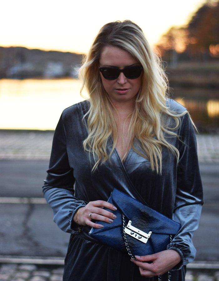 outfit-velour-buksedragt-jumpsuit-grey-velvet-leowulff-african-clutch-bag-blue-missjeanett-blogger-fra-odense