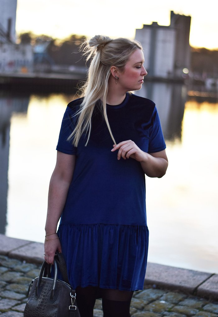 outfit-milk-it-missjeanett-blogger-finax-julebagedag-julebag-velvet-velour-blaa-kjole-blue-dress-drop-waist-leowulff-bag-blogger-odensebloggers